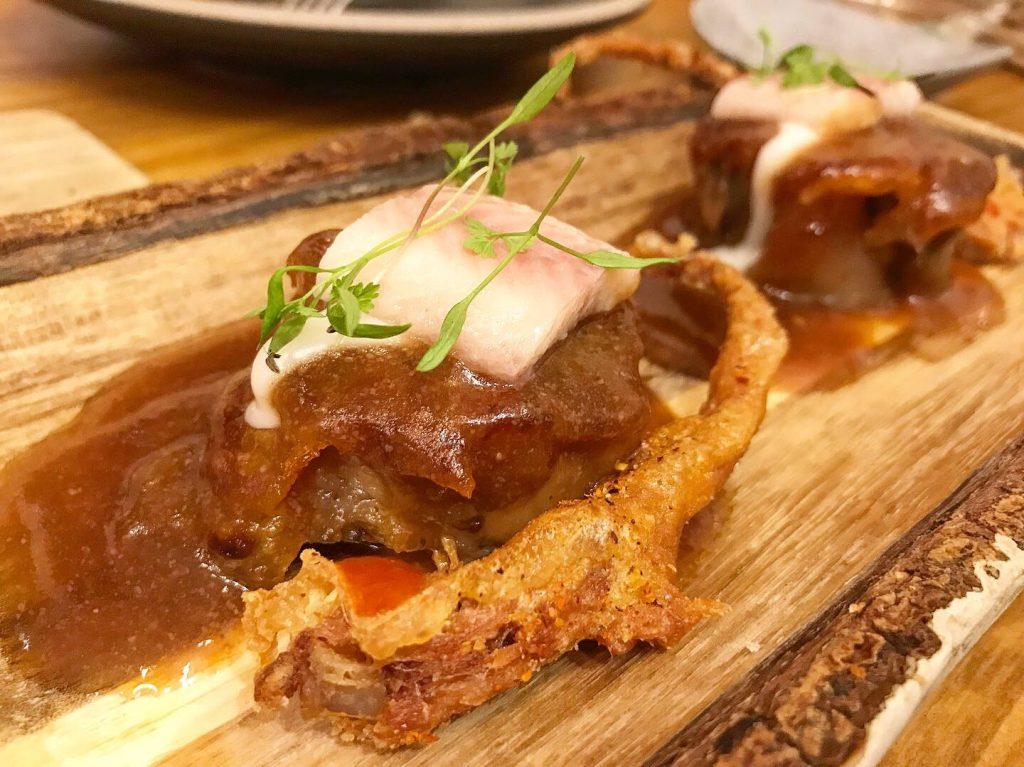 rabos de cerdo confitados y fritos
