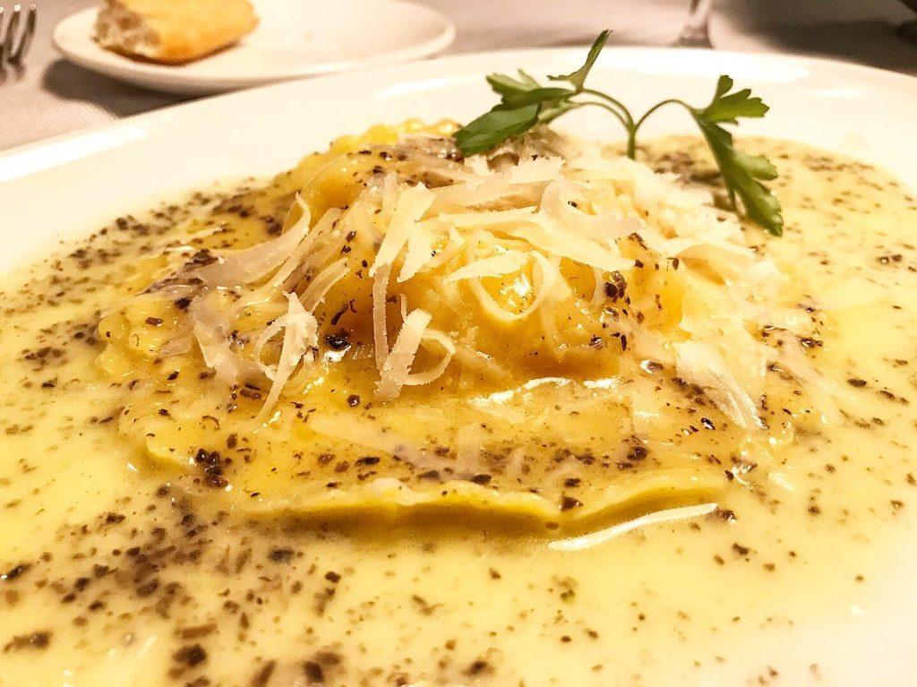 Raviolón de parmesano, yema de huevo y trufa negra
