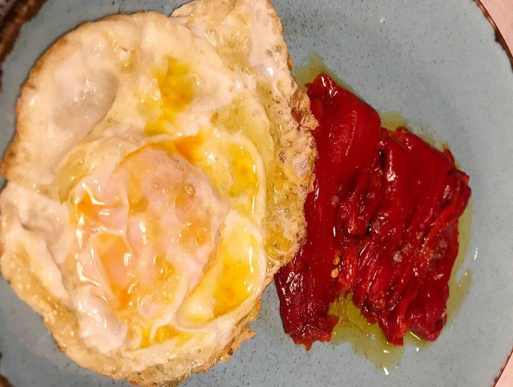 pimientos de cristal con huevos camperos