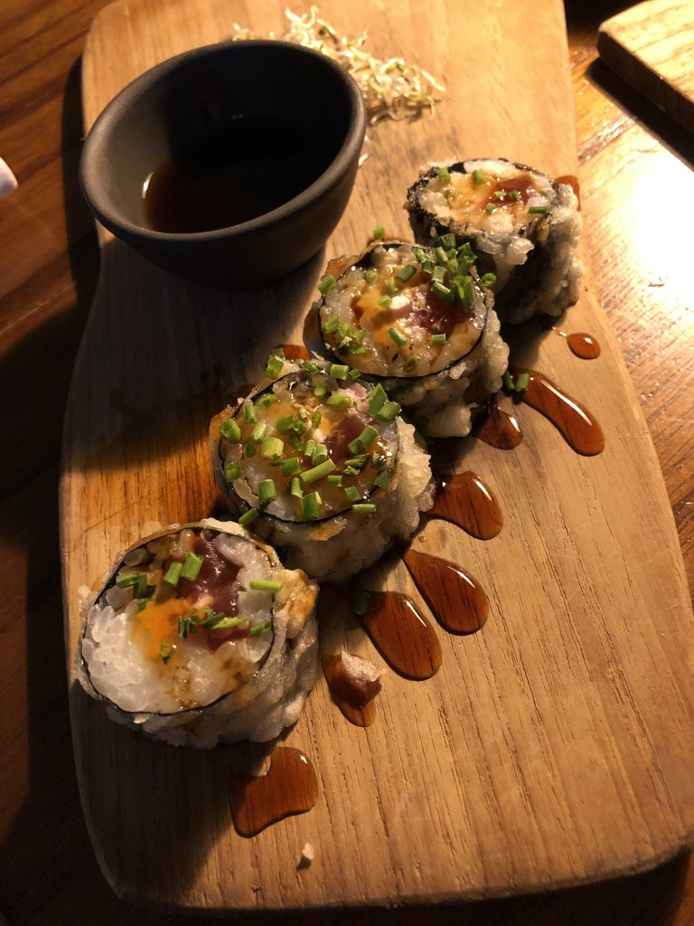 Uramaki de atún en tempura